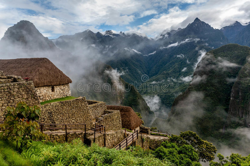 Morgennebel, der über Tal Macchu Pichu, Peru steigt stockfoto