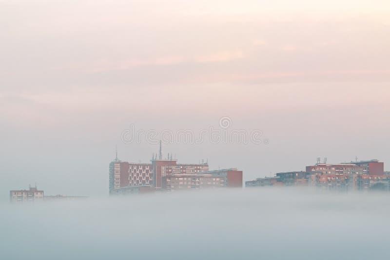 Morgennebel unter Gebäuden in der Stadt Zlin, Tschechische Republik lizenzfreie stockbilder
