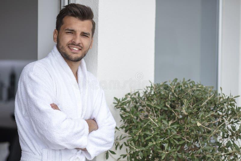 Morgenporträt des hübschen jungen Mannes im Bademantel stockfotos