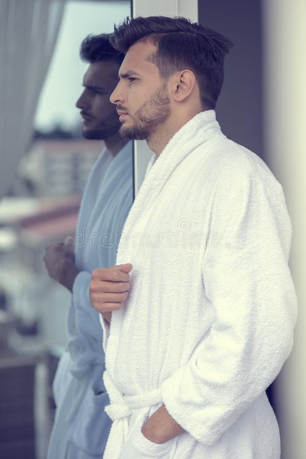 Morgenporträt des hübschen jungen Mannes im Bademantel lizenzfreies stockbild