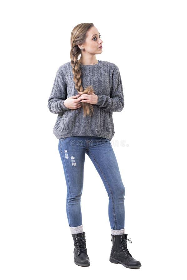 Morgenprogrammkonzept Die junge Frau, die Haar herstellt oder herstellt, flechten durch weg schauend stockbild