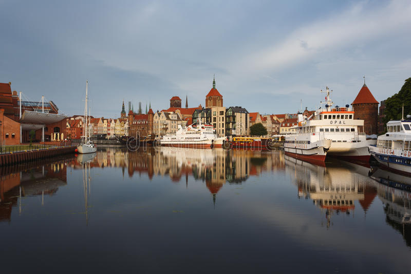 Download Morgenreflexion von Gdansk redaktionelles stockbild. Bild von szene - 96930424