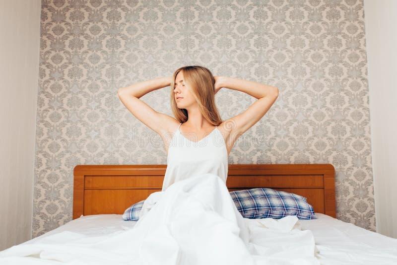 Morgens ein schönes Mädchen im Schlafzimmer, das und r aufwachte lizenzfreie stockbilder