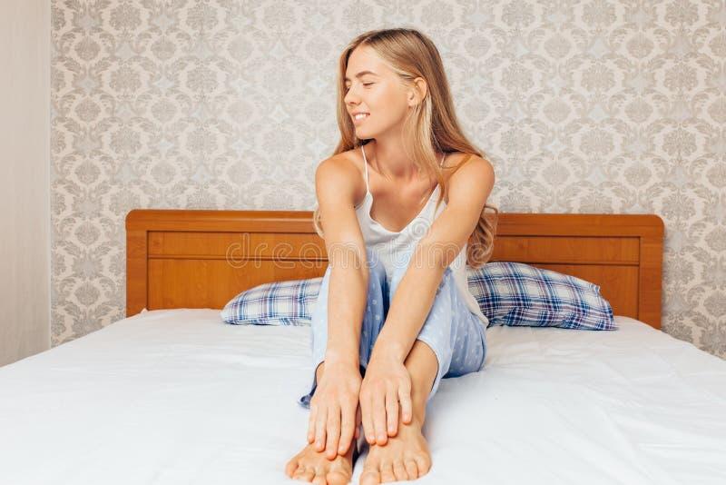 Morgens ein schönes Mädchen im Schlafzimmer, das und r aufwachte lizenzfreies stockfoto