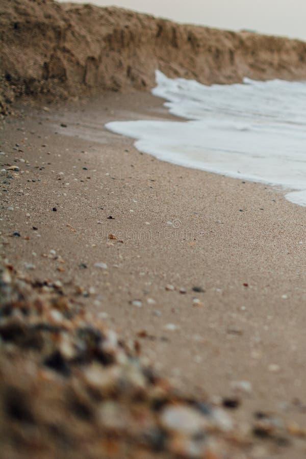 Morgenseeklarer Wasserwellen-Küstensand stockfoto