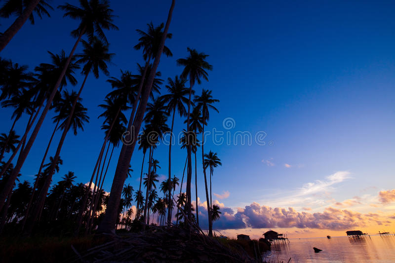 Morgensonnenaufgang bei Maiga Islandof Sabah, Borneo. lizenzfreies stockbild