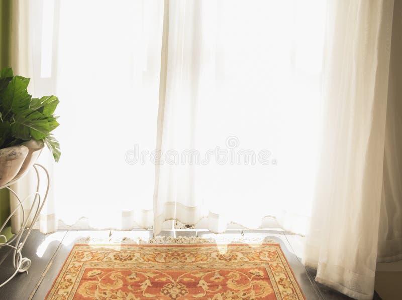 Morgensonnenlicht durch weißen Vorhang lizenzfreies stockfoto