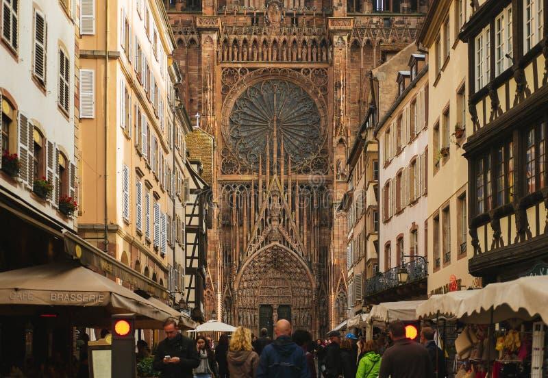Morgenspaziergang zur Straßburg-Kathedrale stockfotografie