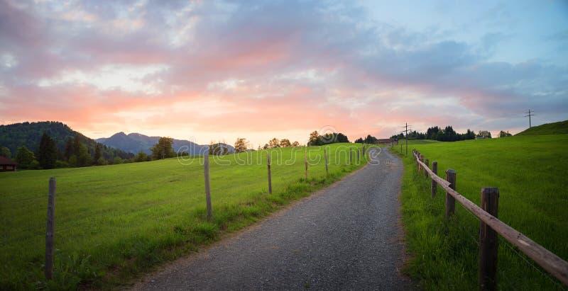 Morgenstimmung mit bunten Wolken, ländliche Landschaft lizenzfreies stockbild