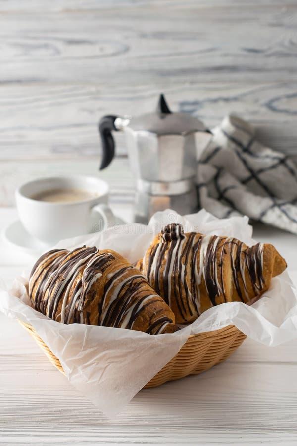 Morgentabelle mit Kaffee, frisch gebackene H?rnchen mit Schokolade lizenzfreie stockbilder
