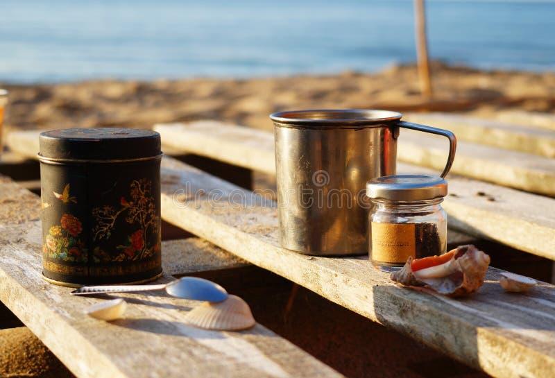 Morgentee auf dem Strand stockbilder
