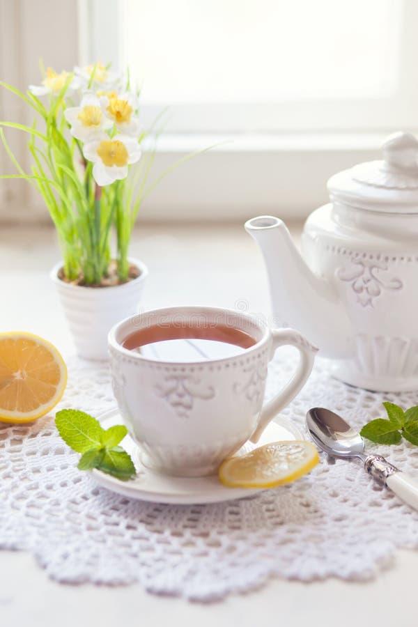 Morgentee mit Zitrone stockfoto