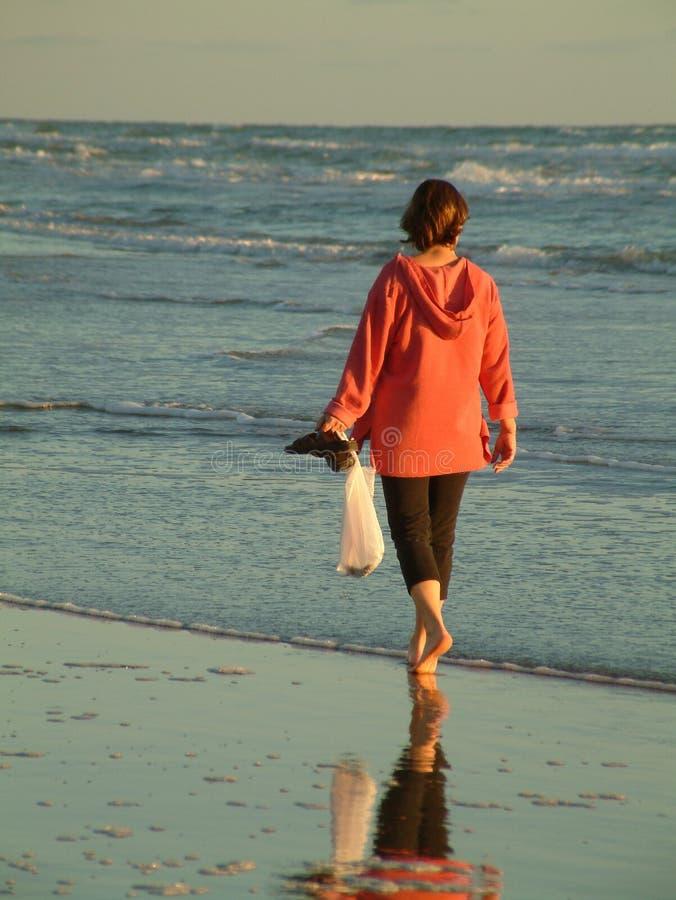 Morgenweg auf Strand lizenzfreie stockbilder