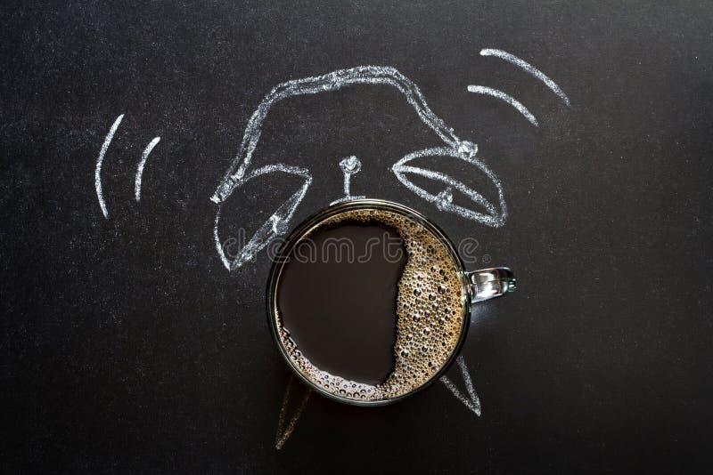 Morgenzeit und Wecker abstraktes kreatives Konzept auf der Tafel lizenzfreie stockfotos