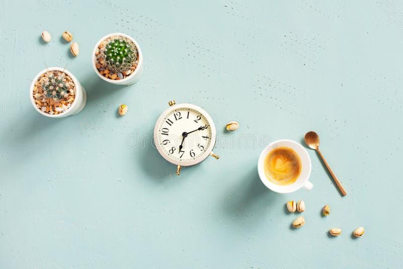 Morgenzusammensetzung mit Schale des heißen Kaffees und der Uhr stockbild