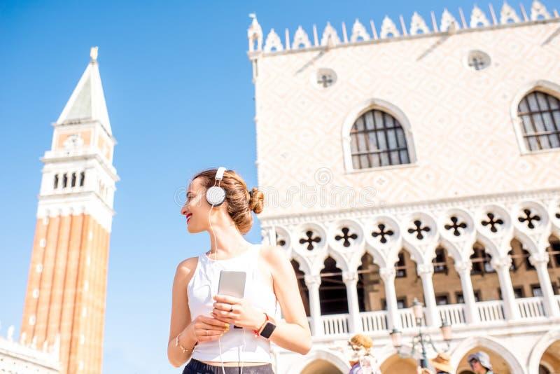 Morgonövning i den gamla staden av Venedig royaltyfria bilder