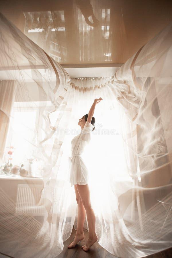 Morgon av brudklänningen i budoar arkivfoton