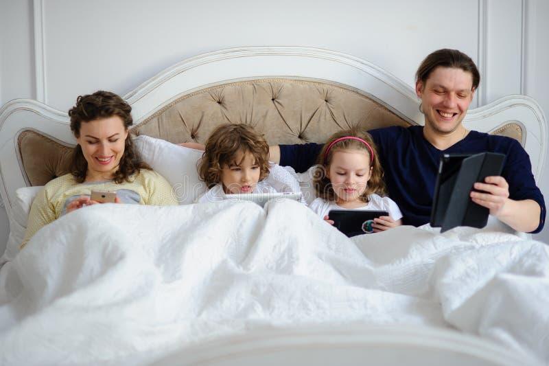 Morgon av fridagen i familjen royaltyfri fotografi