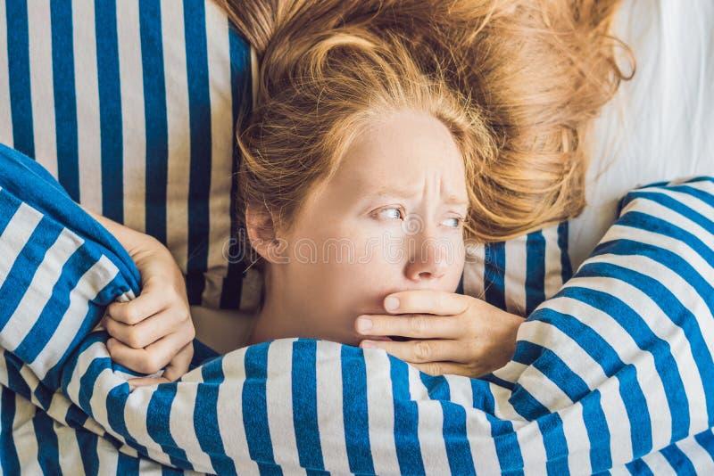 Morgon av ungt gravid kvinnalidande från toxicosis hemma arkivfoton