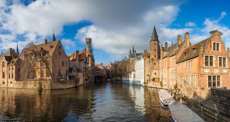 Morgon Bruges, Belgien Panorama- bild i realistisk färg med Rozenhoedkaai i Brugge, Dijver flod kanal med Belfort/klockstapeln royaltyfria foton