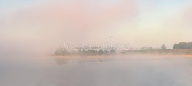 Morgon dimmig sjö fotografering för bildbyråer