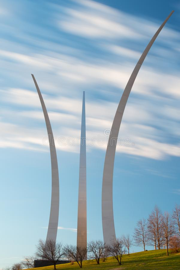 Morgon f?r bl? himmel p? minnesm?rken f?r F?renta staternaflygvapen, Arlington, Virginia arkivfoton