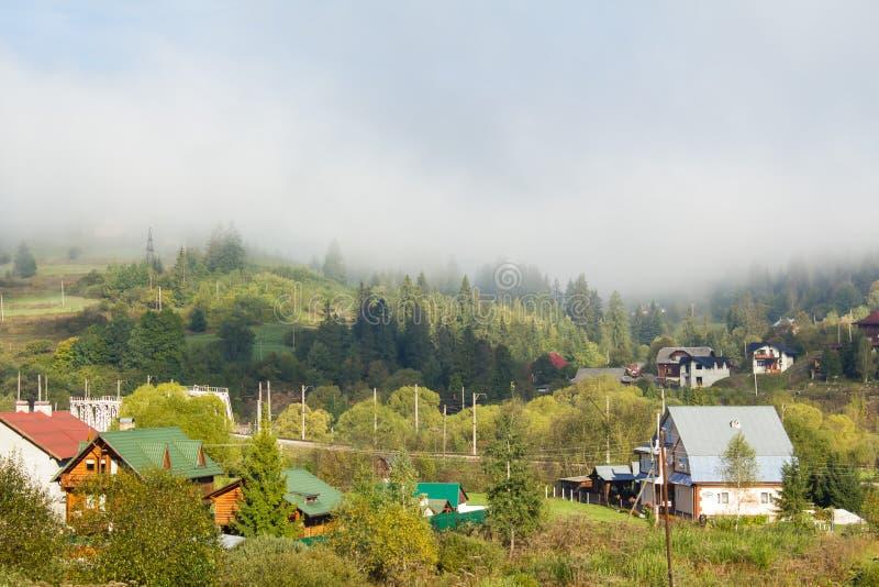 Morgon i bergbyn carpathians fotografering för bildbyråer
