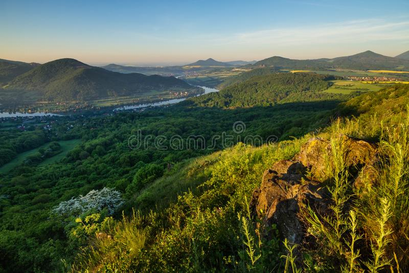 Morgon i de tjeckiska centrala bergen royaltyfria foton