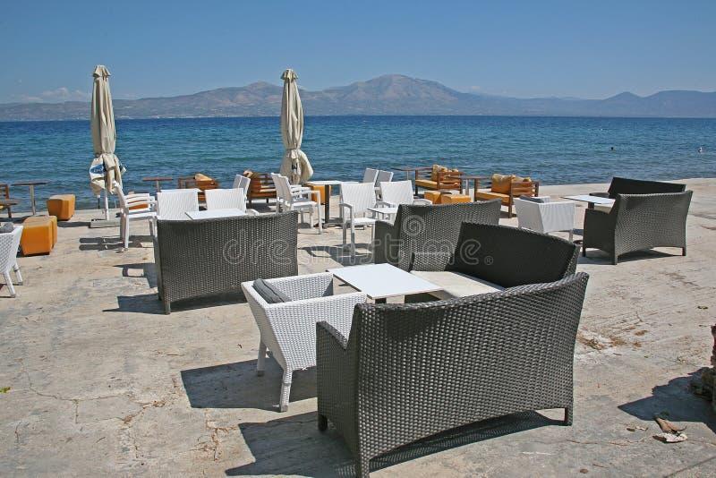 Morgon i kafét på havskusten royaltyfri foto