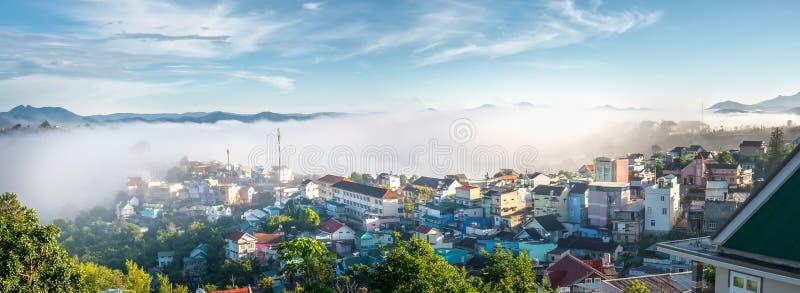 Morgon i liten stad på täckte husen för platå de dimma arkivfoton
