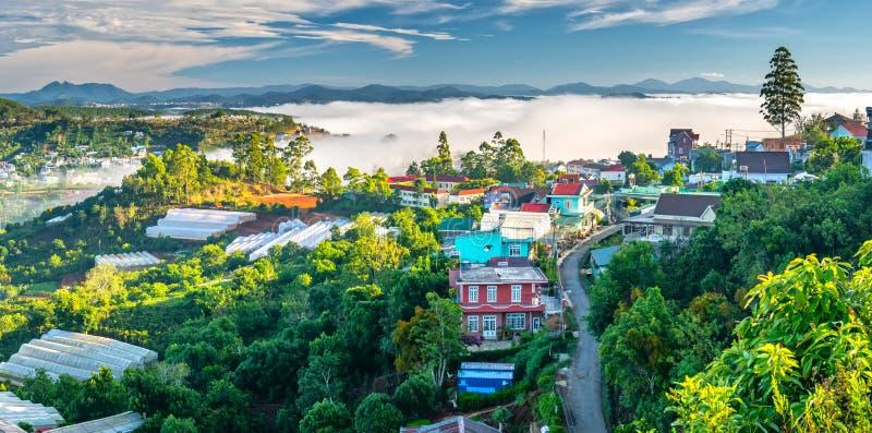 Morgon i liten stad på täckte husen för platå de dimma royaltyfri foto