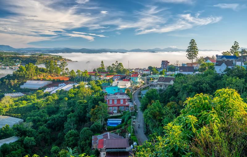 Morgon i liten stad på täckte husen för platå de dimma royaltyfria foton