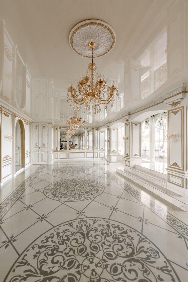 Morgon i lyxig ljus inre i herrgård Ljus och ren inredesign av en lyxig vardagsrum Stuckatur på arkivbilder