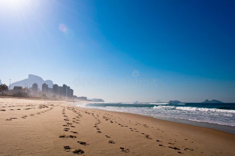 Morgon i stranden arkivbild