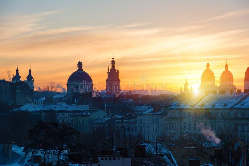 Morgon Lviv, soluppgång Sikt av den centrala delen av stad och chur arkivbilder