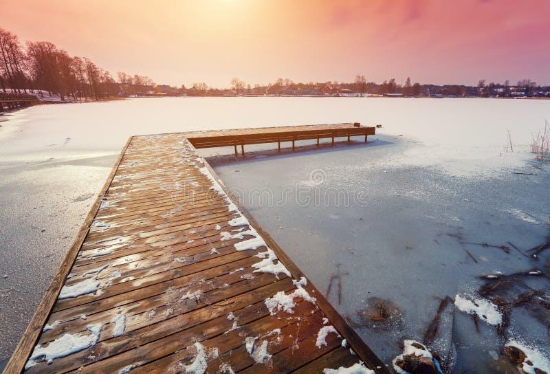 Morgon på den djupfrysta sjön arkivfoto