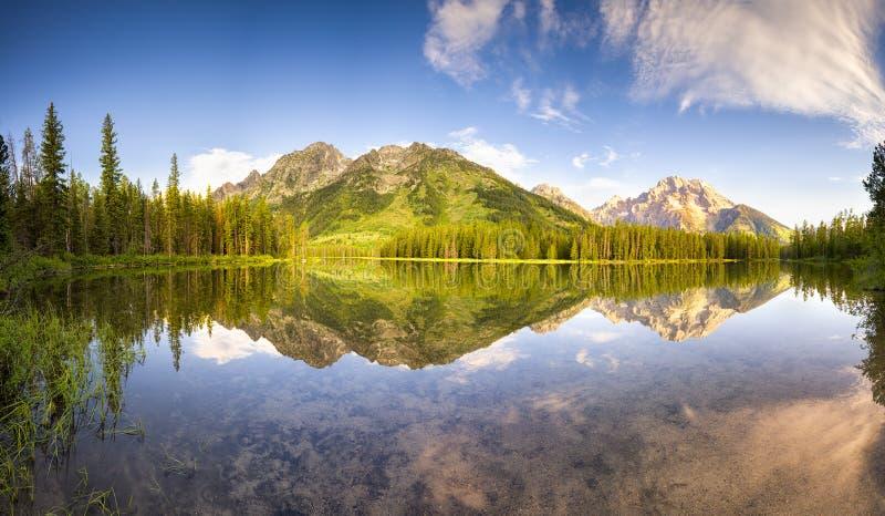 Morgon på rad sjön royaltyfria bilder