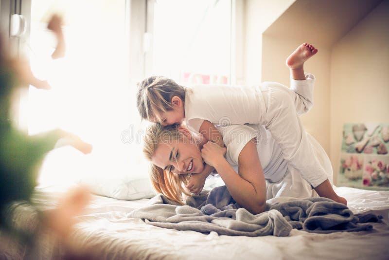 Morgon som spelar med mamman ballerina little royaltyfri bild