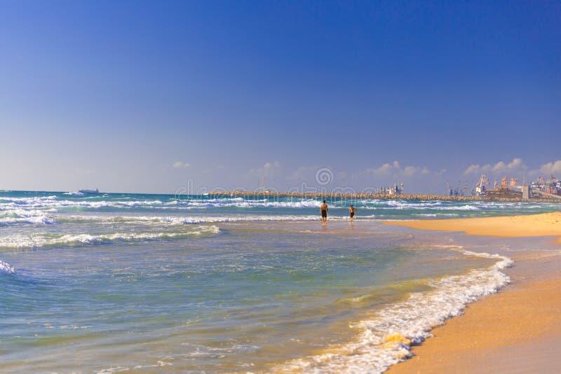 Morgon som tidigt på morgonen joggar nära havet royaltyfria bilder