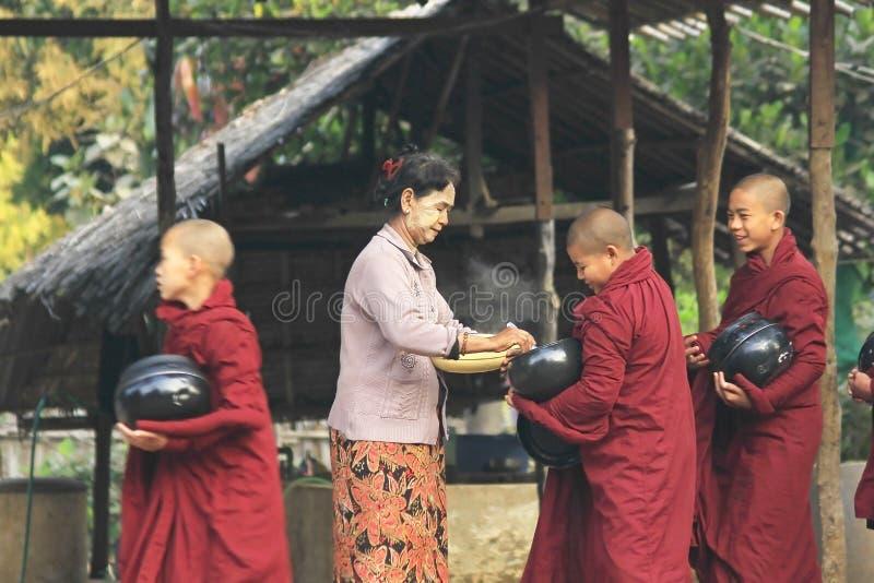 Morgonaktiviteter av munkarna i Burma royaltyfria foton
