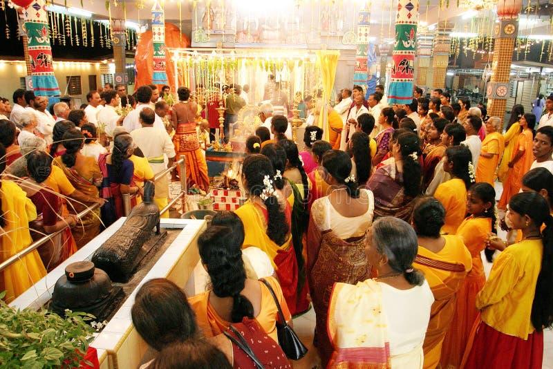 Morgonböner i hinduiskt tempel arkivfoton