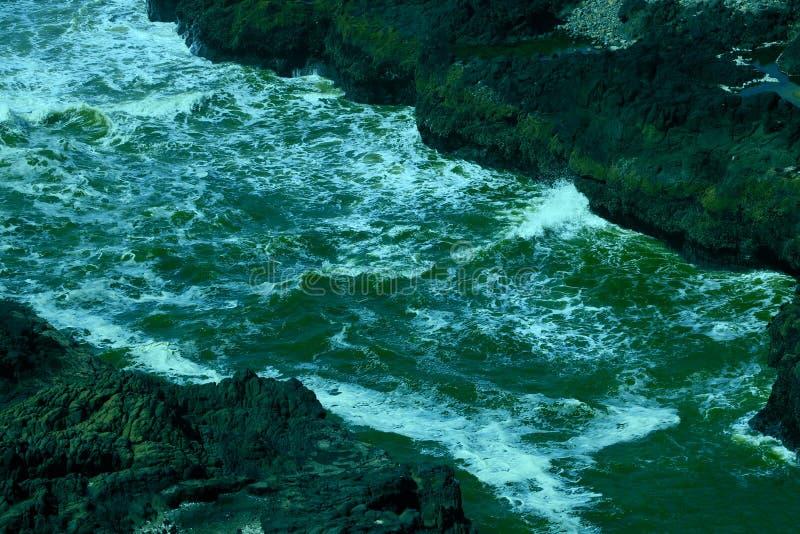 Morgondimma över det blåa gröna vattnet av Carmel Bay i Kalifornien arkivbild