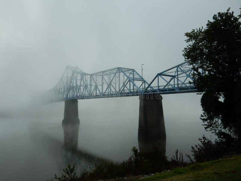 Morgondimma på Russellen, Kentucky bro på Ohioet River royaltyfri foto