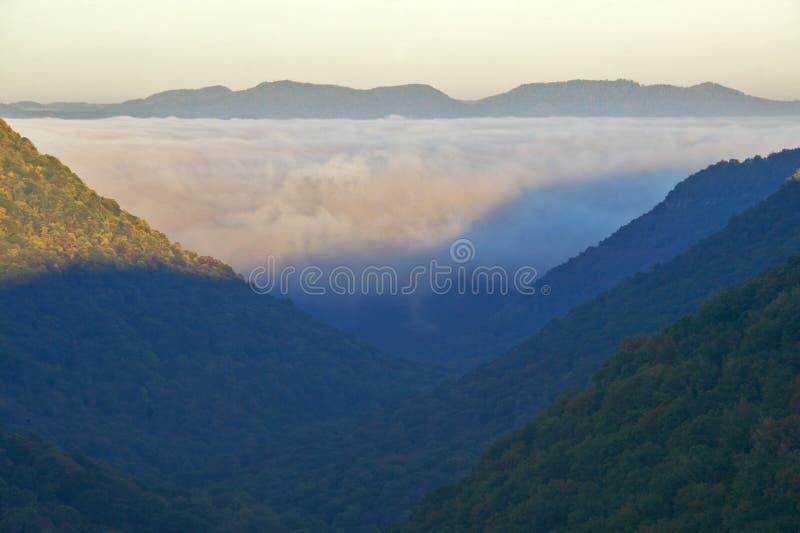 Morgondimma på soluppgång i höstberg av West Virginia i den Babcock delstatsparken royaltyfri bild