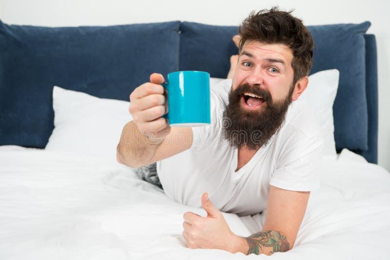 Morgonen blir mycket b?ttre med bra kaffe Koppla av och vila fullt av energi Kaffe p?verkar kroppen Stilig hipster f?r man arkivbilder