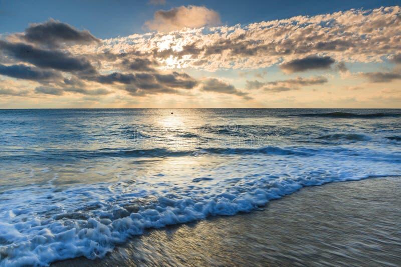 Morgonen för blå himmel fördunklar yttre banker NC för havvågor arkivfoton