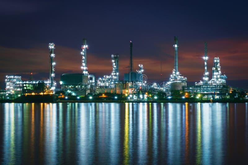Morgonen för oljeraffinaderibranschväxten, producerar bensin chemical fabriksolja arkivfoton
