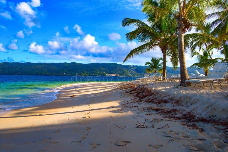 Morgonen skuggar på ön av Cayo Levantado royaltyfri fotografi