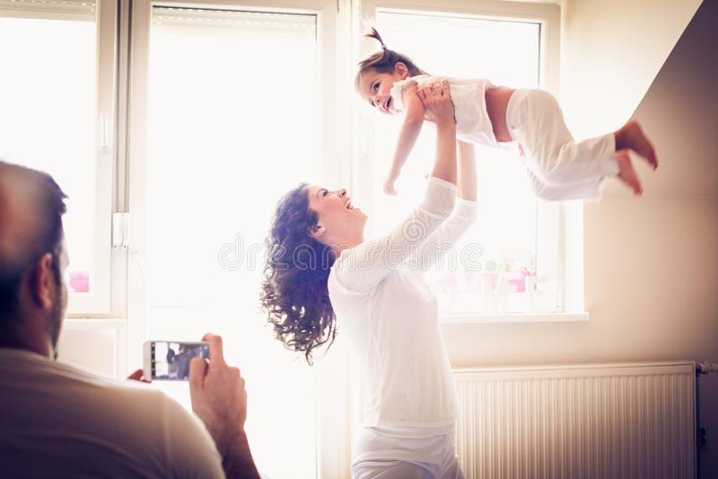 Morgonen som spelar med mamman, är viktig till att skjuta arkivbild