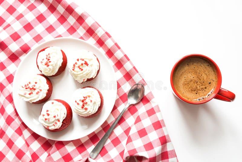 Morgonfrukost med koppen av svart kaffe och fem röda sammetpannkakor på vit Top beskådar arkivbilder